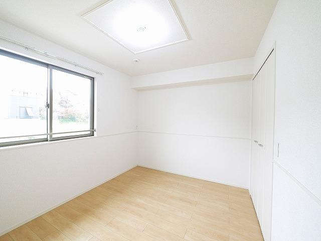 ゆったりとした洋室を寝室にいかがでしょうか