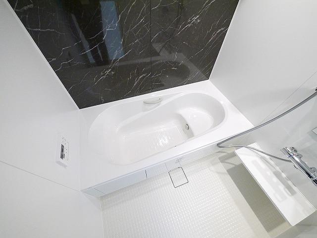 アクセントパネルがおしゃれな浴室です
