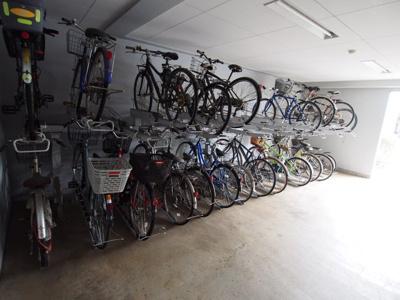 屋内にある駐輪場は、自転車が雨に濡れる心配もありません。