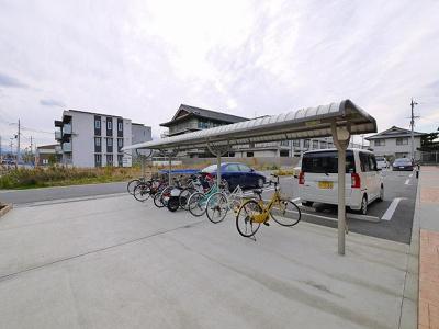 屋根付き駐輪場はスペースも広く、出し入れしやすいです