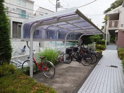 屋根付きの駐輪場で雨が降っても大切な自転車が濡れなくてすみますね♪駅から自転車もオススメ☆