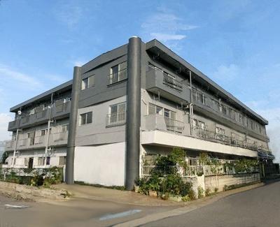 南武線「武蔵新城」駅・田園都市線「宮前平」駅にアクセス可能な最寄りバス停徒歩3分!鉄筋コンクリートの3階建てマンションです♪