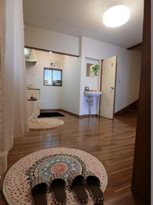 玄関から室内への景観です♪右手に6帖の洋室、左手に8帖のダイニングキッチンがあります★ダイニングキッチンの奥には2階への階段があります☆