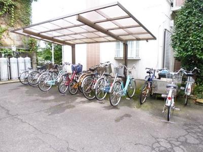 屋根付きの駐輪場で雨が降っても安心♪自転車があれば通勤通学・お買物にも便利です☆有料でバイク駐輪可能です!