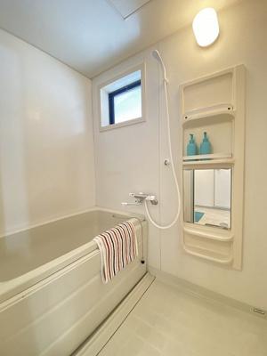清潔感のある浴室です♪ゆったりお風呂に浸かって一日の疲れもすっきりリフレッシュできますね☆窓があるので湿気対策もOK!