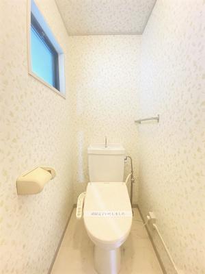 人気のバス・トイレ別です!便利なタオルハンガー付き♪窓のあるトイレで換気もOK☆壁紙は オシャレなデザインクロスです♪