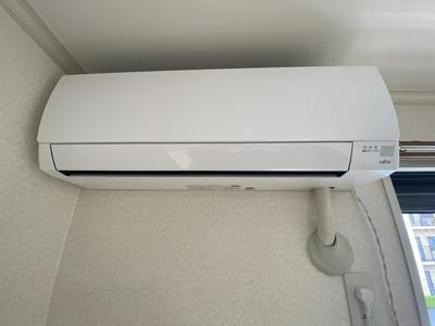 バルコニーに繋がる洋室6帖のお部屋にあるエアコンです!ムシ暑い夏も肌寒い冬も快適に過ごせますね♪