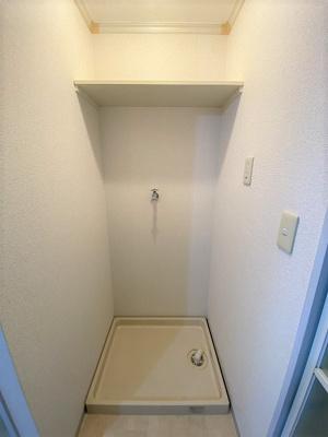 リビングダイニングキッチンにある室内洗濯機置き場は、防水パンが付いているので万が一の漏水にも安心!上部には収納棚付き♪