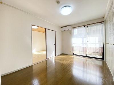 バルコニーに繋がる南西向き洋室6帖のお部屋は陽当たり・風通し良好です!エアコン付きで1年中快適に過ごせますね☆