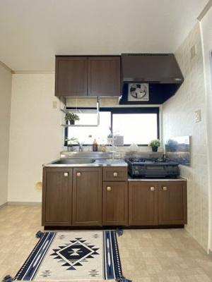 ガスコンロ設置可能のキッチンです☆換気のできる窓付きでお料理の匂いもこもりません!場所を取るお鍋やお皿もすっきり収納できます♪