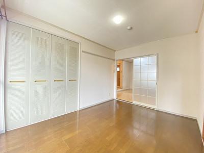収納スペースのある南西向き洋室6帖のお部屋です!荷物をたっぷり収納できてお部屋がすっきり片付きます☆壁にはピクチャーレールがあり、絵などを飾れます♪