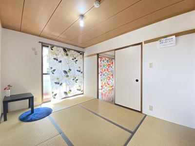 バルコニーに繋がる南西向き角部屋二面採光6帖の陽当たり・風通しの良い和室です!和室は冬場はコタツでほっこり♪夏は意外と涼しくて使い勝手がいいんですよ♪