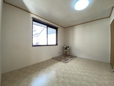 収納スペースのある12帖リビングダイニングキッチンです♪お部屋がすっきり片付いて快適に!