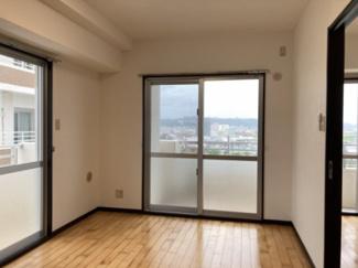 河川の向こう側に学校もあります。