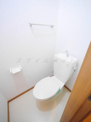 清潔感のあるトイレ・上部に棚もあります。