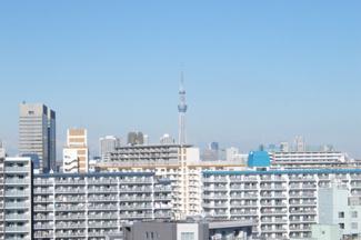 マンション共用廊下からの撮影、東京スカイツリーが望めます。
