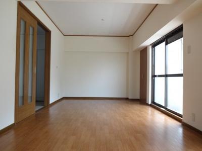 全体的に明るく、清潔感あるお部屋です。