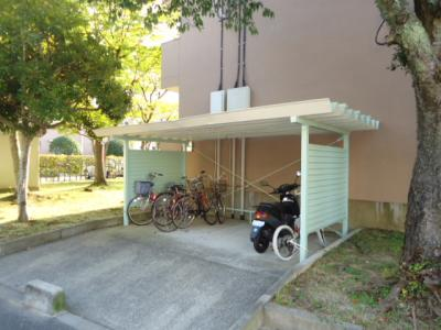 屋根付きの駐輪場が敷地内にあり