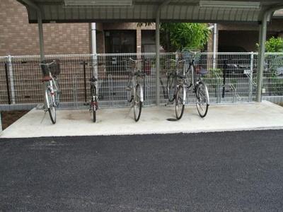屋根付きの駐輪場があるので雨が降っても大切な自転車が濡れなくてすみますね♪駅から自転車もオススメ♪