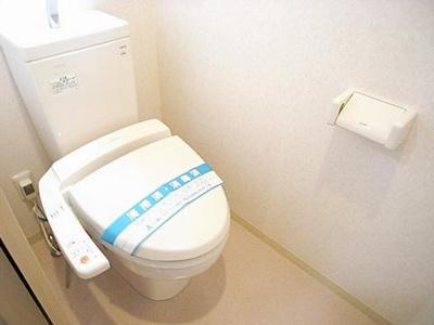 人気のシャワートイレ・バストイレ別です♪トイレが独立していると使いやすいですよね☆窓のあるトイレで換気もOK☆嫌なニオイがこもりません♪