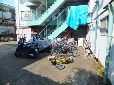 敷地内に駐輪場・バイク置き場があります♪通勤・通学にはもちろん、お買物にも便利ですよね☆(バイク:排気量による)