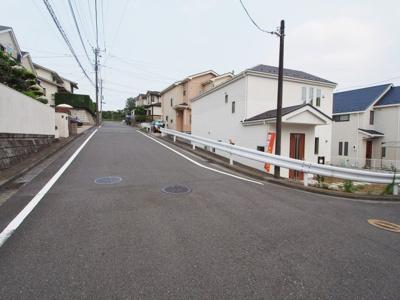 前面道路は幅員約8mと広いので開放感があります。