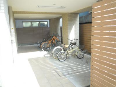 駐輪場も屋根の下で安心です