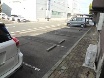 駐車しやすい並列駐車です。