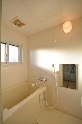 日々の暮らしに欠かせないお風呂です。窓付き。