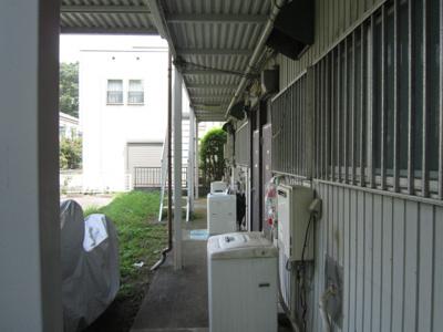 共用の廊下です!玄関扉の横に洗濯機置き場があります♪屋根があるので雨が降っても濡れません☆