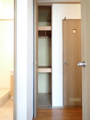 廊下にある収納スペースです!高さがある収納でかさ張るお掃除用品などもすっきり収納できて便利☆