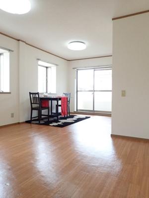 バルコニーに繋がる南向き角部屋二面採光10.5帖のリビングダイニングキッチンです♪お部屋はエアコン付きで一年中快適に過ごます!出窓には小物を飾って楽しめますね☆