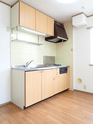 2口ガスコンロ/グリル付きシステムキッチンです☆窓があるので換気もOK♪場所を取るお鍋やお皿もたっぷり収納できてお料理がはかどります!
