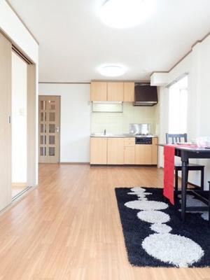 10.5帖リビングダイニングキッチン、窓側からの眺めです☆椅子とテーブルを囲んで家族団欒の時間を過ごせます♪