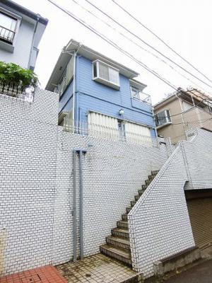 小田急線「百合ヶ丘」駅より徒歩9分!コンビニが近くて便利な立地の2階建てアパートです♪通勤通学はもちろん、お買い物やお出かけにもGood☆