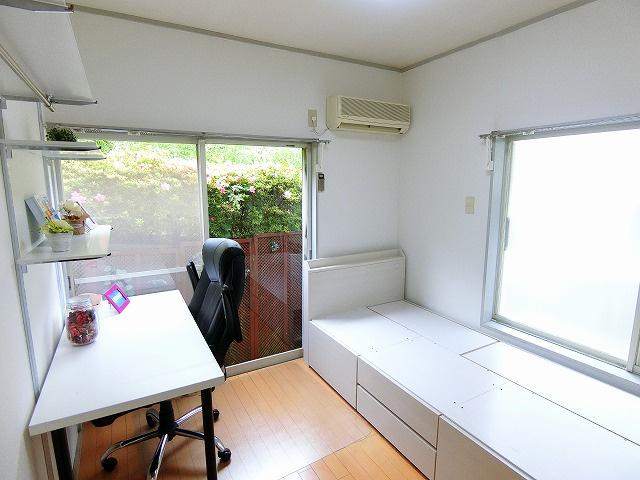 南向き角部屋二面採光洋室6帖のお部屋です♪エアコン付きで快適に過ごせますね☆無償貸与のベッド・デスク・椅子があるので新生活のスタートがスムーズです♪