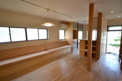 無垢材の床 据え付けのソファは座面下が収納になっています。