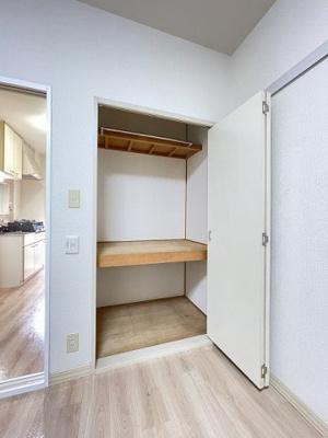 洋室6.5帖のお部屋にある収納スペースです♪奥行きのある収納スペースで荷物の多い方も安心!