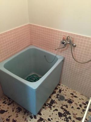昔ながらのお風呂でゆったり浸かることができます。