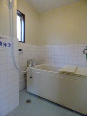 日々の疲れを癒すお風呂付です。窓もあるので換気しやすいです