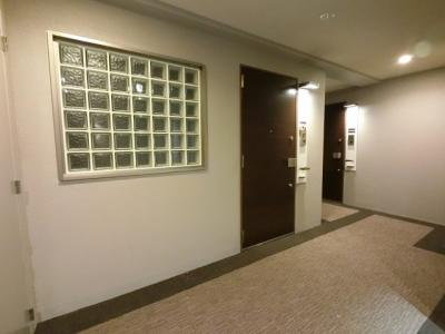 ホテルライクな演出だけではなく、防犯性にもメリットのある内廊下設計。このお部屋にはライトウェル(吹抜)も採用しています。