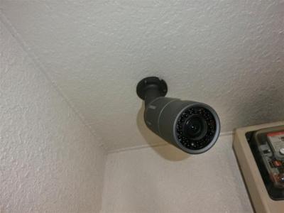 共用廊下に防犯カメラを設置しております。
