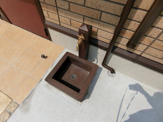 ワンちゃん・猫ちゃん専用の足洗い場です!お散歩の後など、あると便利な設備ですよね☆