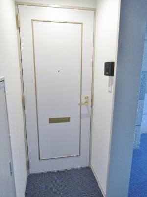 玄関ドアとモニター付きインターホンです