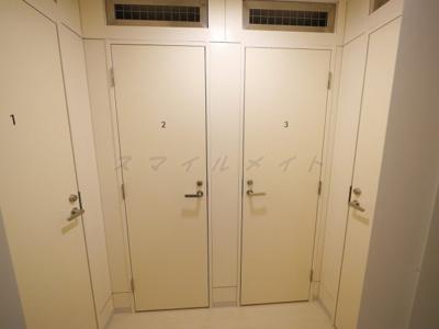 トランクルーム(月額3000円~7000円)大きさによってお値段違います。4つのみです。