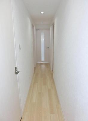 玄関から室内への景観です!右手に洋室6帖のお部屋、左手にトイレ・洗面所があります★