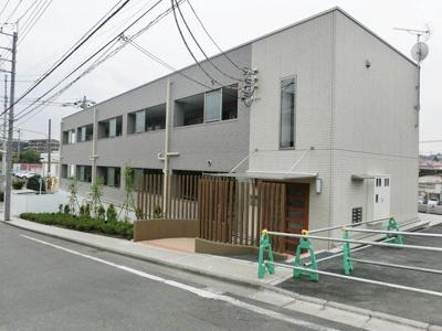 ブルーライン「中川」駅より徒歩11分!1階にファミリーマートがあるのでお買い物にも便利な3階建てマンションです☆