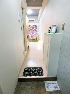 玄関から室内への景観です!右手にシューズボックス、左手にバスルームとキッチンがあります★