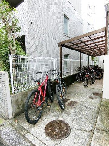 屋根つきの駐輪場で雨が降っても大切な自転車が濡れなくてすみますね♪荷物が重いときに自転車があれば助かりますね!