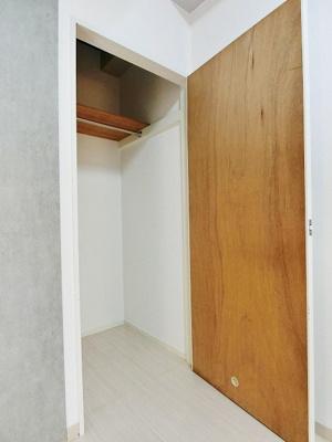 洋室7.2帖のお部屋にあるクローゼットです♪かさばりやすいコートなどもハンガー掛けができてすっきり片付きます♪